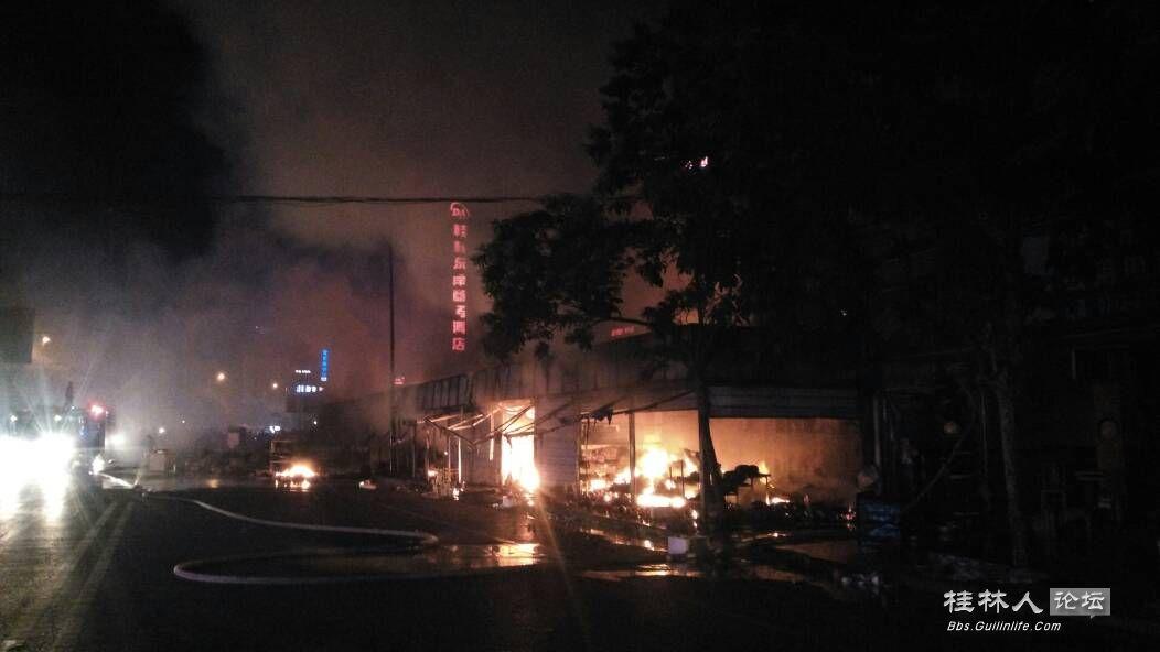 桂花园旁边店铺着火!一排店铺全烧光
